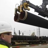 HANDOUT-FOTO d. 24. marts 2017 af dele af gasledningen Nord Stream 2, der bliver leveret til den tyske ø Rügen.