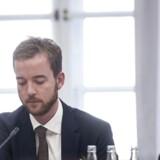 Grønne foreninger og S mener, at Esben Lunde Larsen vil åbne for jagt på dyr med unger. Nej, siger ministeren.