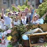 Nyudsprungne studenter kører traditionen tro igennem byens gader efter endt eksamen. Her på Dag Hammerskjölds Alle fredag 26. juni 2009.