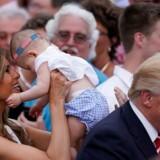 Melania Trump holder en baby, mens præsident Donald Trump hilser på medlemmer af Kongressen. 22. juni. REUTERS/Carlos Barria