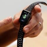 Apples topchef, Tim Cook, forsøger nu at tale Watch-smarturene op (billedet), men der er ikke det helt store salg i urene, som ikke mange finder så smarte. Arkivfoto: Drew Angerer, Getty Images/AFP/Scanpix