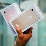 Prisen på iPhone 7 Plus (til venstre) er så meget højere, at Apple trods tilbagegangen i styksalget af iPhone 7-telefoner alligevel tjener lidt flere penge på det samlede iPhone-salg. Arkivfoto: Spencer Platt, Getty Images/AFP/Scanpix