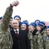 Putin-partiets ungdomsbevægelser prædiker ikke kommunisme, men russisk patriotisme og kamp mod Vestens »moralske forfald«, herunder »en såkaldt tolerance, (der er) kønsløs og ufrugtbar,« som Putin har formuleret det.Her er det officerselever, som Putin er i godt selskab med på Den Røde Plads