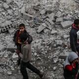 25 personer døde i bilbombeangreb i den syriske provins Idlib søndag, lyder nye, opjusterede tal.
