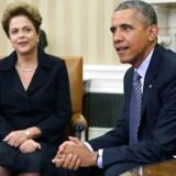 Den nu afsatte brasilianske præsident, Dilma Rousseff (til venstre), aflyste et planlagt besøg hos daværende præsident Barack Obama i USA, efter at det blev afsløret, at den amerikanske efterretningstjeneste NSA havde aflyttet hendes telefon og e-mail. Først to år senere, i juni 2015 (billedet), mødtes de to for at drøfte affæren. Arkivfoto: Chip Somodevilla, EPA/Scanpix