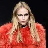 Modellen Natasha Poly går her catwalk for Versace i en pelskreation fra 2017s efterår/vinter-kollektion. Det skal imidlertid være slut med pelse nu, erklærer modehusets overhoved, Donatella Versace, der dermed sender Versace i fodsporerne på en række andre store modehuse.