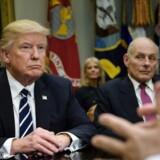 """John Kelly, til højre, kalder operationerne, der har ført til de 680 anholdelser, for rutine. Præsident Donald Trumps dekret fra 26. januar prioriterer udvisning af indvandrere, der er """"tiltalt for enhver kriminel handling"""" og ikke kun dømte. AFP PHOTO / Brendan Smialowski"""