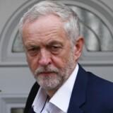 Sidste år kom Corbyn ind i formandsopgøret som den absolutte outsider. Derefter udspillede der sig et politisk drama i det britiske Labour, der kan minde om Donald Trumps og Bernie Sanders' succes i USA. Vælgere fra britiske, venstreorienterede aktivistmiljøer strømmede til og indløste medlemskab med stemmeret i formandsopgøret, mens fagforeninger også bakkede op om Corbyn, der ville trække partiet skarpt til venstre.