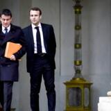 Da Macron (th) forlod ministerposten i august sidste år for at stille op som uafhængig præsidentkandidat, rasede Valls over Macrons forræderi mod den daværende regeringen. (arkivfoto) / AFP PHOTO / MARTIN BUREAU