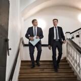 Når politikerne på Christiansborg mødes med lobbyister, er det gerne en fordel, at lobbyisterne selv er tidligere folketingspolitikere. Det mener Dansk Folkepartis gruppeformand, Peter Skaarup (til venstre). »Med de ikke genvalgte politikere har vi et meget klart indtryk af, hvem de er, hvad de står for, og hvem de arbejder for,« siger han.