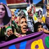 Kvinder protesterer mod fængslingen af den tyrkiske kvindelige politiker Figen Yuksedag. Hun var tidligere en af frontfigurerne i det pro-kurdiske parti HDP. Siden protesten den 5. marts 2017 er Yuksedag blevet dømt til et års fængsel for formidling af terrorist-propaganda.