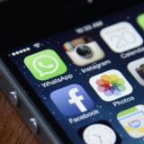 Det bliver fremover dyrere at købe f.eks. en iPhone, hvis politikerne vælger at lægge en ny afgift på alt elektronikudstyr, som kan gemme data. Arkivfoto: Andrew Gombert, EPA/Scanpix