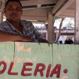 Skopudseren Benjamin Renales venter på kunder på den amerikansk-mexicanske grænse, der er blevet til et kæmpe stridspunkt mellem de to lande, fordi præsident Donald Trump vil bygge grænsemur og har anklaget den mexicanske regering for at »sende deres dårligeste folk« til USA, herunder narkohandlere, voldtægtsforbrydere og mordere./ AFP PHOTO / GUILLERMO ARIAS