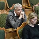 »Historisk nybrud for demokratiet. Nu kan borgerne sætte dagsordnen i Folketinget, hvis de samler underskrifter nok bag deres forslag. Glæder mig allerede til at debattere det første forslag,« skriver Elbæk på Twitter.