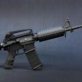 AR-15 semiautomatisk riffel.