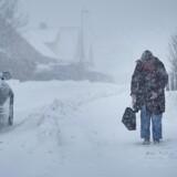 Sne og vintervejr på Bornholm. Ældre dame på vej til bussen i Klemensker tirsdag den 27. februar 2018. (Foto: Pelle Rink/Scanpix 2018)