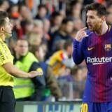 Lionel Messi sendte bolden over stregen efter en halv times spil mod Valenica. Det kunne kampens dommer dog ikke se.