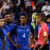 Spillere fra det fransk fodboldlandshold protesterer over, den franske forsvarer Raphael Varane (nummer 4) som den første spiller nogensinde fik et rødt kort uddelt af dommeren med hjælp fra en videodommer.
