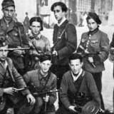 Abba Kovner, stående midt i billedet, fotograferet i Vilna lige efter befrielsen. Til højre for ham med hue står hans kæreste, Vitka Kempner. De blev senere gift.