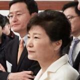 For få uger siden stemte et stort flertal i parlamentet i Sydkorea for at stille præsident Park Geun-hye (i hvidt) for en rigsret på baggrund af sagen.