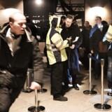 ID- og grænsekontrollen over Øresund koster pendlerne timevis i forlænget rejsetid, og det samfundsøkonomiske tab er et trecifret millionbeløb årligt, ifølge en ny rapport fra det dansk-svenske videnscenter Øresundsinstituttet. Her ses en rejsende løbe efter toget, da ID-kontrollen blev indført i Kastrup Lufthavn d. 4. januar 2016. (Foto: Linda Kastrup/Scanpix 2016)