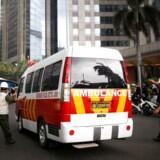 En ambulance ankommer til den indonesiske børs i Jakarta, hvor flere mennesker er kvæstede efter et kollaps.