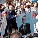 Mange tusinde mennesker demonstrerer i den centrale del af Paris for at vise deres utilfredshed med deres præsident, Emmanuel Macron, og hans reformer. /REUTERS/Charles Platiau