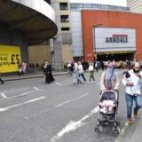 Mennesker evakueres fra Arndale Centre i Manchester, hvor der er forlydender om et højt brag. Det sker i kølvandet på terrorangrebet til Ariana Grande-koncerten i Manchester Arena, hvor 22 mennesker blev dræbt, natten til den 23. maj.