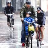 Husk regntøjet, før du kører hjemmefra. Der er nemlig masser af vand til os alle sammen torsdag. Især i den sydlige del af landet. (Arkivfoto)