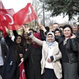 Herboende stemmeberettigede tyrkiske statsborgere venter på at blive lukket ind på Den Tyrkiske Ambassade i Hellerup for at stemme til det tyrkiske valg lørdag formiddag d. 1. april 2017. (Foto: Jens Nørgaard Larsen/Scanpix 2017)