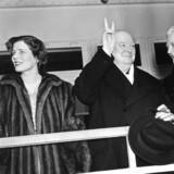 Winston Churchill – her sammen med sin kone, Clementine (th.). Men der var også i mindst fire år en anden kvinde i ægteskabet. En skandaleombrust og letlevende velhaverkvinde, som holdt til på et slot i Sydfrankrig. Hvis det var kommet ud, kunne historien have udviklet sig helt anderledes. Til venstre på billedet er Churchills datter og svigersøn.