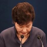 Sydkoreas præsident Park Geun-hye bukker under sin undskyldning til det koreanske folk.