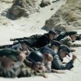 Tyske krigsfanger under minesøgning. Foto fra filmen
