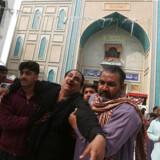 En af de sårede hjælpes væk efter selvmordsangrebet mod sufi-helligdommen i Pakistan. Mindst 75 mistede livet og 250 blev såret. 17, Februar 2017. REUTERS/Akhtar Soomro