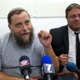 Benzi Gopstein (tv.) leder af den israelske højre-bevægelse Lehava, taler med journalister sammen med hans advokat Itamar Ben Dvir. 15 medlemmer af gruppen Lehava, der er imod blandede ægteskaber, er anholdt i Israel. AFP PHOTO / MENAHEM KAHANA