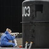 Peter Madsen har flere gange siden sin anholdelse skiftet forklaring om, hvordan Kim Wall mistede livet om bord på ubåden, men har senest fortalt, at den svenske journalist døde som følge af en gasforgiftning nede i selve ubåden, mens Madsen selv var kravlet op i bådens tårn.