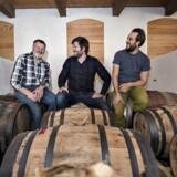 Her ses Nicolai Nicolaisen , der står bag produktionen, med sine 2 svigersønner, tv. Jakob Stjernholm og Andreas Poulsen ved whisky lageret på tønder i den gamle kostald