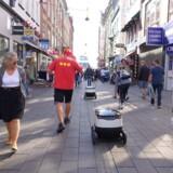 Aktuelt ruller omkring 80 små selvkørende robotter rundt på fortovene i en stribe storbyer i både Europa og USA, hvor de leverer mad, medicin og pakker lige til hoveddøren.