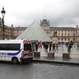 Fire mistænkte, heriblandt en 16-årig pige blev anholdt Fredag Morgen i Montpellier, for angiveligt at planlægge et terrorangreb mod Paris. Det er kun en uge siden, at en mand forsøgte at trænge ind på Louvre i Paris med en machete. AFP PHOTO / JACQUES DEMARTHON