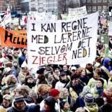 En storkonflikt vil i høj grad lamme Danmark i løbet af foråret. Striden handler om løn, betalt frokostpause og ikke mindst lærernes arbejdstider. Her ses lærerne på barrikaderne under lockouten i 2013 på Christiansborg Slotsplads. (ARKIV)