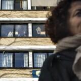 Medarbejdere på jobcentret på Lærkevej i København oplever, at frustrerede borgere truer med at tage en kniv eller en pistol med, fordi de er utilfredse med sagsbehandlingen. Fredag havde facebookgruppen Jobcentrets ofre arrangeret en demo foran jobcentret, fordi de var utilfredse med fejl i sagsbehandlingen. De ansatte på Lærkevej 18 så til fra vinduerne.