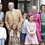 Hvor er KOngehuset henne i den nye Danmarkskanon, spørger Martin Henriksen (DF). ARKIVFOTO. Kongefamilien samlet på fortrappen i den indre slotsgård på Gråsten Slot.