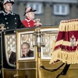 Dronning Margrethe eskorteres af Garderhusarregimentets Hesteeskorte i guldkaret fra Amalienborg til Christiansborg Slot i København.