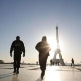 Franske politifolk patruljerer ved Eifeltårnet i Paris.