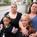 Fra venstre 32-årige Jemma Batey med sin 9-årige datter Ella, (med katteører) og 42-årige Rachel Crowcroft med 10-årige datter Ellie. Alle fra Carlisle og til Ariana Grande koncerten, der blev bombet i Manchester.