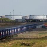 Foto fra 10. april sidste år som viser godstog med containere på vej fra London til Zhejiang i det østlige Kina. Kinas storstilede plan om om at udvikle handelsforbindelser, havne, togbaner og lufthavne og etablere nye Silkeveje til Mellemøsten, Europa og Afrika blev lanceret af præsident Xi Jinping i september 2013. Scanpix/Isabel Infantes