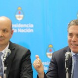 Federico Sturzenegger og Nicolas Dujovne til en pressekonference i Buenos Aires.