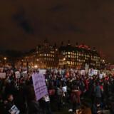 Demonstranter samlet foran det britiske parlament i en støtteaktion for indvandrere i Storbritannien. Inde i parlamentet diskuterede politikerne blandt andet Donald Trumps kommende statsbesøg. Scanpix/Justin Tallis