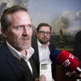 Anders Samuelsen og Simon Emil Ammitzbøll-Bille fra Liberal Alliance på vej til Statsministeriet for at forhandle freddag den. 7 december.