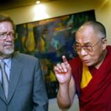 Den tibetanske åndelige leder, H.H. Dalai Lama, og tidl. udenrigsminister Per Stig Møller (K) har af flere omgange mødt hinanden. På billedet ses de to sammen under et pressemøde i Udenrigsministeriet onsdag den 4. juni 2003.